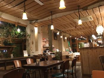 お店の中も優しい光とナチュラルハウスな雰囲気。広めのテーブルやカウンター席があります。団体はもちろんのこと、一人でも訪れることができます。