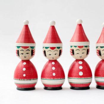 """国の伝統工芸に指定されている""""弥治郎系こけし""""。こけしの顔はそのままに、赤いサンタ帽と服を纏わせてサンタさんに変身させています♪"""