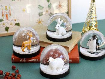 雪が舞う、冬の夜を思わせるような幻想的なスノードーム。モチーフは愛らしい動物や子どもたち。それぞれ豊かな表情をのぞかせます。クリスマスディスプレイにはもちろん、お部屋に置いておくだけでほっこり心を和ませてくれます。