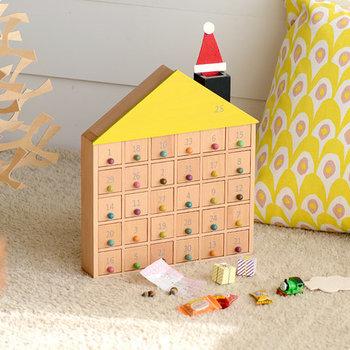 こちらは30コのお部屋と1つの屋根裏部屋からなる、アパートの形をした木製カレンダー。日付入りの扉を毎日1つずつ開けて、お菓子や小さなプレゼントを見つけていきます。なにが入っているのかな♪とワクワク感いっぱいで、よりいっそうクリスマスが待ち遠しくなりそう。