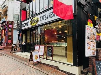 日本で唯一、無農薬&無化学肥料野菜にこだわり、提供する「ビオ カフェ」。日本初のオーガニックなカフェレストランとして、多くの人が訪れています。