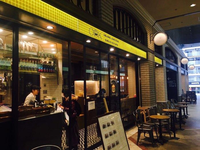 ジャンクフードをヘルシーに楽しむをコンセプトにしている「オーガニック バーガー キッチン」。ヨーロッパのカフェの様な雰囲気のおしゃれな外観です。