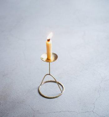 """真鍮を成形して作られたろうそく立て。シンプルな中にも上品さを感じるデザインは、クリスマスの日にもぴったり。""""おうち時間""""をちょっと特別に演出してくれます。"""