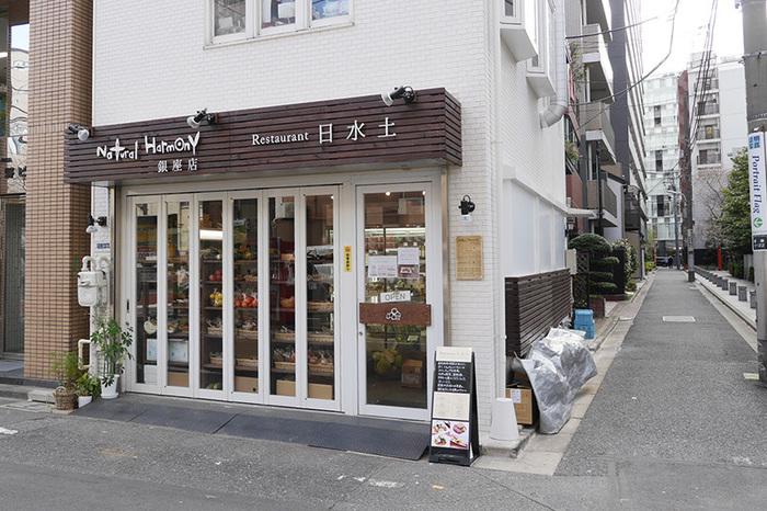 ナチュラルハーモニックが運営する「Restaurant 日水土」。一階には自然栽培の野菜や調味料を販売する、ナチュラルハーモニックのお店があり、レストランは二階にあります。