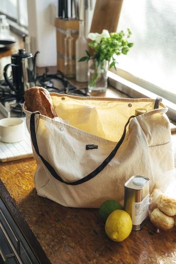 マルシェバッグとして、食材を入れて持ち運ぶのも◎ たくさん入れて、少々重くなっても大丈夫です。 サイドにはペットボトルや折りたたみ傘が入るポケットつき。