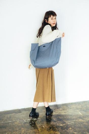 買い物や旅行など、容量が必要なときに便利なのがLサイズ。 メインでもサブでも使える万能バッグです。 使わないときはコンパクトにたたんでしまったり、使い方は自由自在。