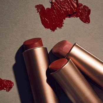 内側に塗る口紅は、色がぼやけ過ぎないようマットな質感をセレクトして。