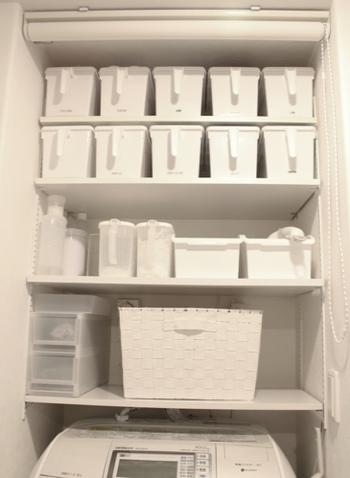 洗濯機上に棚を設置。洗剤は容器を入れ替えて白に統一すれば、ごちゃごちゃ感が無くなります。