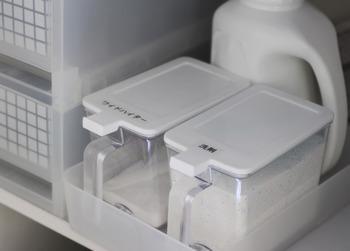 粉末洗剤は、100均の砂糖・塩ケースに入れると使いやすく、生活感も軽減されいいことづくめ。