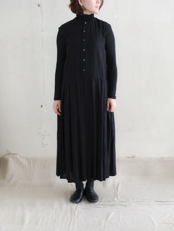 こんなスタイリッシュな黒ワンピースを着こなせるのも細身さんならでは。メリハリを無理につけようとするよりも細さを活かしたスタイルにすることで雰囲気が出ます。