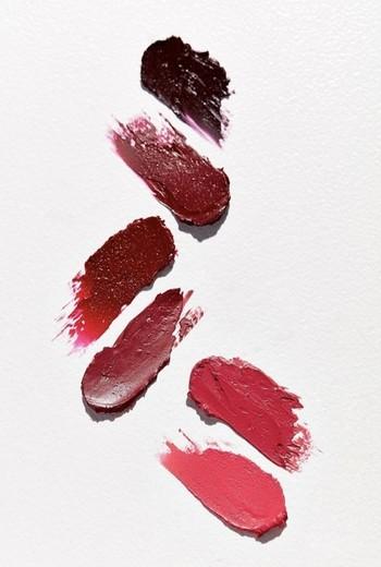 「唇をもっと立体的に見せたい!」そんなときにぴったりなのが、色に濃淡をつけるグラデーションリップです。濃い色とちょっと薄めの色、濃度の違う色を複数使うことで、唇がグッと立体的に。