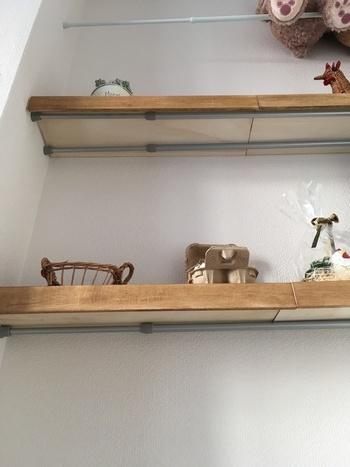 100均の突っ張り棒2本に、コの字にした板を乗せて簡易棚を手作り。DIY苦手な方でも釘や金づちを使わず棚が作れちゃいます!