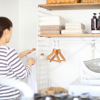 洗剤やお洗濯グッズなどで何かとごちゃつきがちな洗濯機周り。すっきりと整理整頓された状態を保ちたいものですよね。