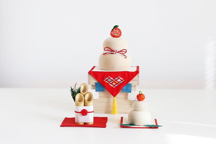 お正月は新しい年の初めに年神様を迎えて感謝の意とお祝いをする行事です。 大小様々な飾り付けがありますが、その中でも「しめ縄飾り」「鏡餅」「門松・松竹梅の生け花」を飾る方が多いと思います。