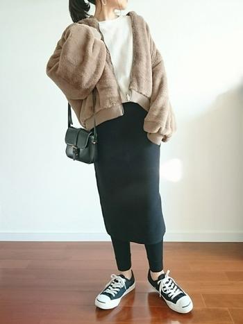 ユニクロのタイトスカートは、どんなトップスにも馴染んでくれる万能ボトム。裾からちらりと覗いたレギンスが、今年らしいアクセントに。