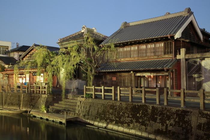 その中のひとつ、江戸時代から醤油を醸造していた老舗「いかだ焼本舗正上」は、店舗は1832(天保3)年築、土蔵は1868(明治元)年築と歴史を感じる建物です。水辺と古い建物が絵になりますね。