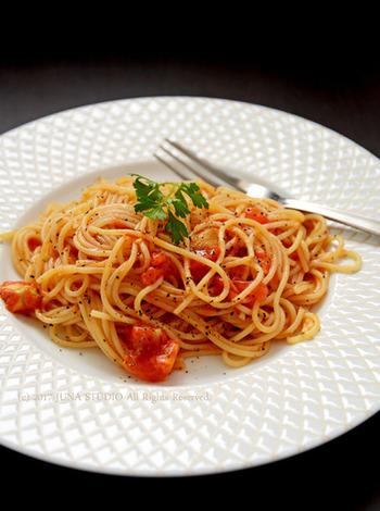材料はトマトとにんにく、味付けはオリーブオイルと塩コショウのみ!なのに驚くほど美味しいパスタレシピ。フレッシュトマトは炒めることで甘さが増します。塩加減はお好みで調整してくださいね。