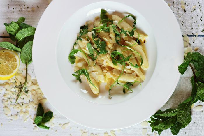 「シンプルパスタ」とは、家にある調味料やストック食材など、少ない材料でパパっと簡単に作れて、そして美味しいという、嬉しいパスタレシピです。材料を見たら、これだけで本当に美味しいの?と疑ってしまうかもしれませんが、シンプルだからこそ素材の味が引き立ち、本格的な味わいに!ササッと簡単に出来るものばかりですので、知っておいて損はないですよ♪