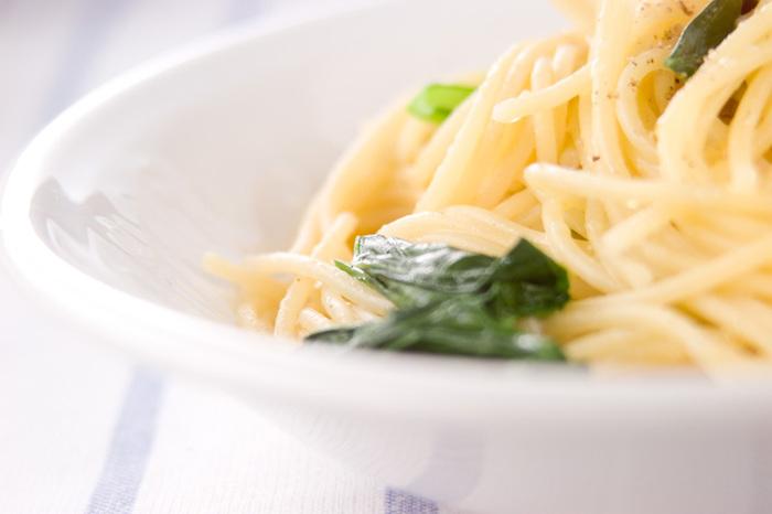 パスタと一緒に小松菜も茹で、最後にザルでオリーブオイルやバターと一緒に和えるだけ。洗い物も少なく済むのも嬉しいですね。