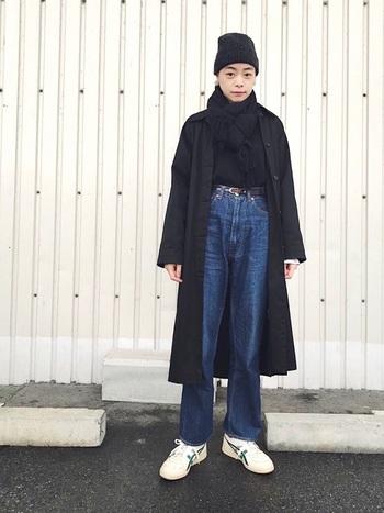 黒やネイビーなどのダークカラーのコートは、シルエットを強調するので全体が引き締まったイメージに。黒のニット帽、マフラー、セーターと、オールブラックで統一してすっきりと着こなした冬のシンプルデニムコーデです。