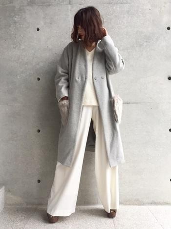 ファーポケットが印象的なライトグレーのノーカラーコート。インナーをアウターよりも明るいホワイトのワントーンで統一すれば、温もりのある爽やかなスタイリングに。