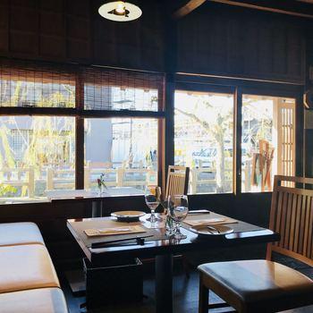 落ち着いた雰囲気のインテリアも素敵です。窓際の席では、川を眺めながらお食事がいただけます。