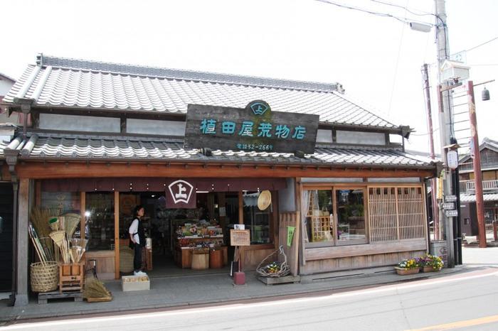 """文化財以外にも、素敵な建物がたくさん残っています。「植田屋荒物店」では、ザルやカゴ、お箸など日本の伝統的な""""道具""""を販売しています。"""