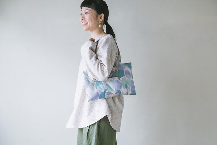 水彩のような優しい色合いのコットンで出来た、小ぶりのショルダーバッグ。実はこれ、直線縫いだけで手作りできるんです。お気に入りの布地がこんな風に変身したら、とっても嬉しくなりますよね。