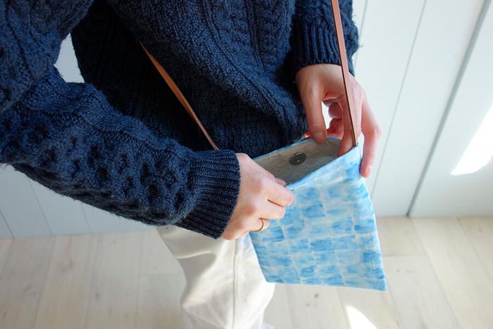 ショルダーひもには革ひもを使います。本体とは別にひもを縫う手間がないのはもちろん、革の風合いでおしゃれ度もUP♪慣れてきたら、バッグの形を横長や正方形などにアレンジするのもいいですね。