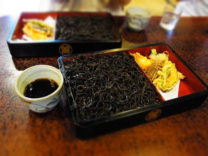 こちらは、天ぷらが付いた「黒天もり」。真っ黒なビジュアルが珍しい、名物の「黒切蕎麦」は昆布から黒い色を出したお蕎麦。のど越しの良さが魅力です。