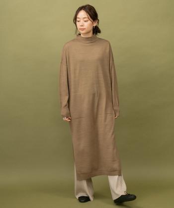 下に着るパンツはゆったりめを選ぶのが今どき。ブラウンとベージュでまろやかにまとめて。