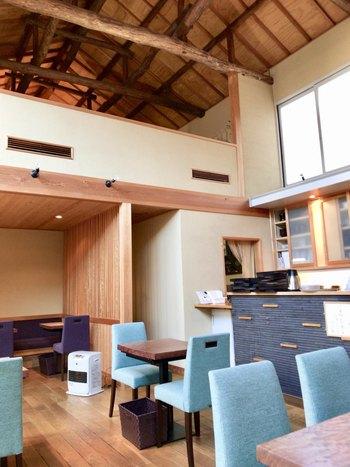店内は、天井が高く、中庭からの光が差し込む開放的で明るい和モダンな空間です。
