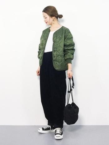 ノーカラーのキルティングジャケットにコーデュロイのテーパーとパンツを合わせたコーデ。  ワイドなシルエットのパンツも締め色のブラックを選べば、よりスタイルアップ♪