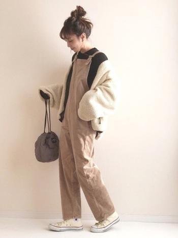 テーパードシルエットが上品な印象のオーバーオール。 シンプルだからこそ、コーデュロイの素材感が目立ちます。ボアブルゾンや巾着バッグなど、今年らしいアイテムを合わせた大人カジュアルコーデ。