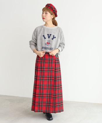冬に良く似合うチェック柄を大胆にベレー帽とスカートの両方に取り入れました。スウェットと合わせることでラフさを上手にミックス♪