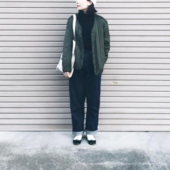 メンズライクな着こなしにも、黒タートルは合わせやすいアイテム。足元に同じカラーのバレエシューズをプラスすれば統一感のある着こなしに。白ソックスで抜け感を出すと、バランスよくまとまります。