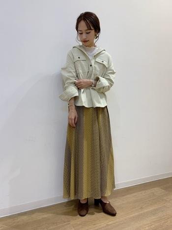 コーデュロイ素材のオーバーシャツは、ボタンを開けてインにタートルを着るのが今年流。ボトムには、パンツではなくマキシスカートを合わせることでエレガントに。