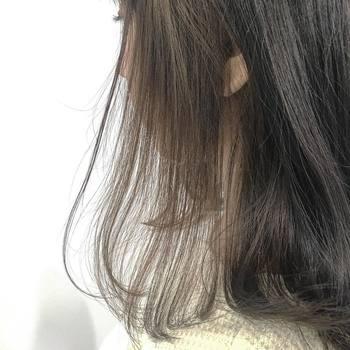 サイドを後ろに流したり、毛先を外にハネさせたり。どんなスタイルをつくるときも、まずは髪全体を内巻きに。 そうすることで、かえって思い通りのクセがつけやすくなります。結果として、ドライヤー・ヘアアイロンの使用時間が短縮され、乾燥予防にも。