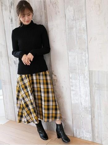 今季トレンドのチェック柄スカートも、黒タートルを合わせれば、どこか優しい雰囲気を残しつつ洗練されたスタイリングに。