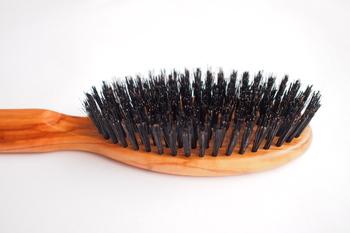 スタイリング前は、ブラッシングで髪のほつれをきちんと整えて。 ほつれをそのままにしておくと、セットの途中でからまったり切れてしまったりと、髪にとっていいことがありません。 ヘアアイロンをするにしてもまとめるにしても、一度しっかりとブラッシングを。