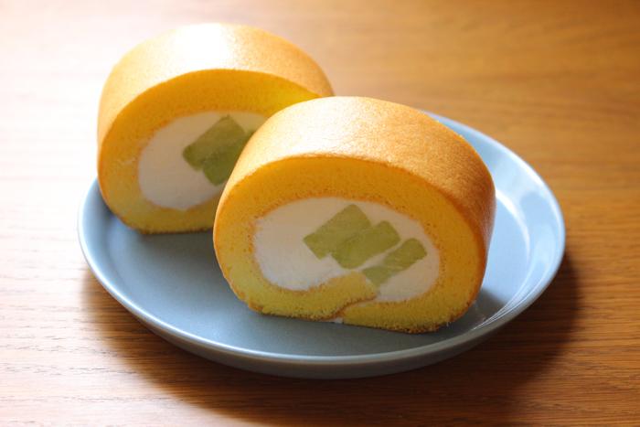 メロンを使った贅沢なロールケーキ。メロンを少しカットして使うだけでOK♪ 生地にきれいな焼き色をつけるポイントは、オーブンの温度加減をしっかりと把握すること。高級感たっぷりなので、手土産にもぴったりです。