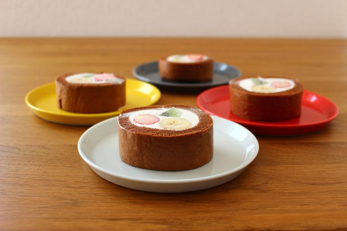 生地にココアパウダーを加えたチョコロールケーキ。 クリームだけでなく生地のバリエーションが豊富になると、アレンジの幅が広がります。イチゴ・バナナ・キウイを使って、見た目もカラフルなチョコロールケーキに。身近な材料だけで作れるので、気軽にチャレンジできるのも◎