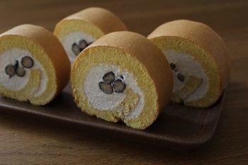 生地とクリームにきな粉を加えたロールケーキ。黒豆も加えて、ほっこりとした素朴な味わいに。お正月に使用頻度が高いきな粉や黒豆が余ってしまったときに、ロールケーキの材料として利用すればアレンジの幅が広がります。