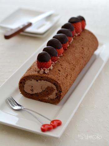 チョコ生地・チョコクリーム・板チョコで作るチョコ尽くしのロールケーキ。  溶かした板チョコをサンドしているので、冷やせばパリッパリの食感を楽しめます。イチゴにもチョコをコーティングして、見た目もかわいいロールケーキの完成♪