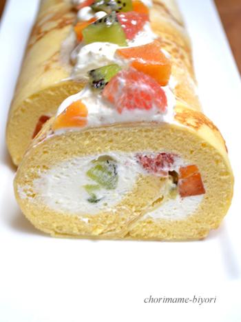 クレープ生地でスポンジを包み込んだロールケーキ。フルーツや生クリームをたっぷりデコレーションすれば、誕生日やクリスマスなどにぴったりの華やかなロールケーキが完成します。 アイスを包んでも美味しそう。