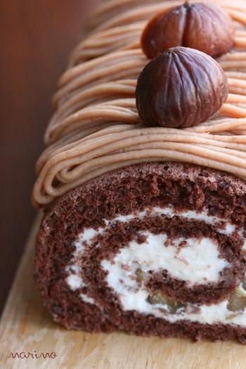 モンブランケーキを応用したロールケーキ。チョコ味のスポンジで生クリームと甘栗を包み、絞ったマロンクリームをデコレーションしています。モンブランのクリームは、マロンペーストにラム酒やバニラエッセンスなどを加えればOK!モンブラン口金を利用すれば、きれいにデコレーションできます。