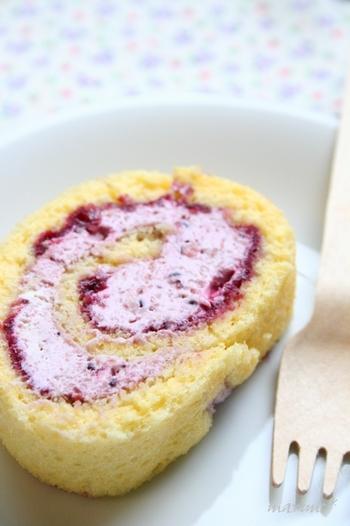 卵・グラニュー糖・小麦粉(ドルチェ)・生クリーム・カシスのコンポート、5つの材料だけで作れるロールケーキ。  ジャムでなくコンポートを使うことで、果物ならではの食感を楽しめ、甘さ控えめに仕上がっています。  生クリームに加えれば、きれいなピンク色のクリームに♪カシスだけでなく、いろんな果物のコンポートでチャレンジして、色や味わいの違いを楽しみましょう。