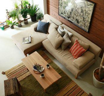 10~12畳などの広めのリビングは、床面積が大きい分、家具だけだと殺風景になってしまいがち…。そんな時は、ラグを一枚敷くことで、団らんスペースの一体感が出ます。部屋の雰囲気だけではなく、保温性や生活音を軽減してくれるメリットも。