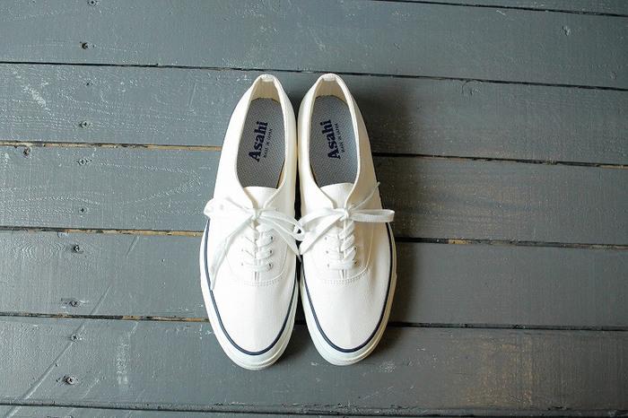 白はきれいめコーデにも取り入れやすく、冬のダーク系コーデでもアクセントになってくれますね。白は汚れが気になる…と言う方は履く前に防水スプレーなどを使うのもおすすめです。