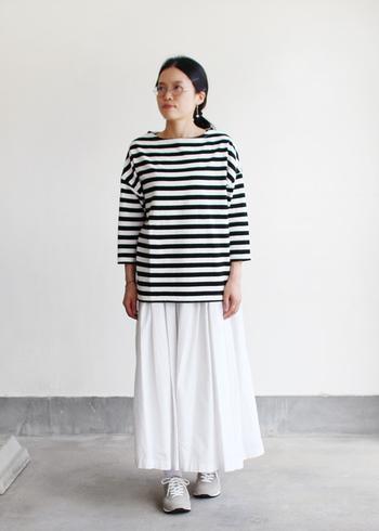 グレーは主張しすぎないカラーなので、色々なコーデで活躍してくれます。清楚な印象のホワイトスカートとも相性ばっちり♪